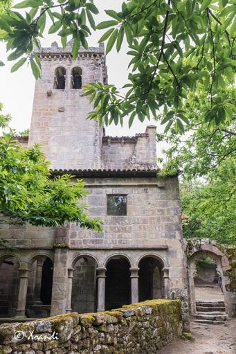 Puerta de entrada, claustro y torre