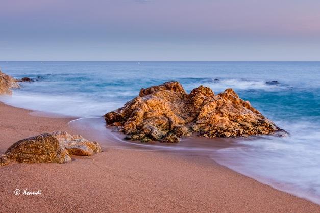 Playa rocas y mar