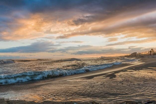 Mar, surfistas y nubes